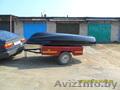 Продаётся лодка вместе с мотором и автомобильным прицепом для перевозки.